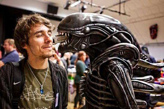 RetroGathering2014-alien-smooch