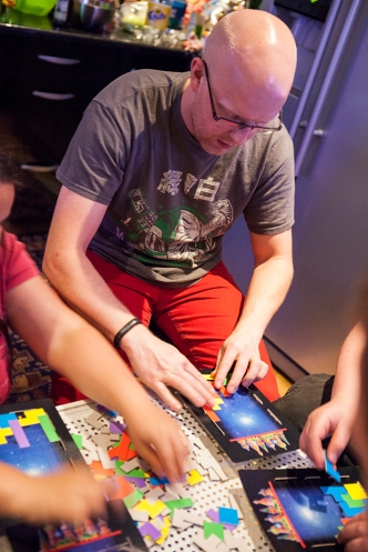 Jocke playing Tetris board game